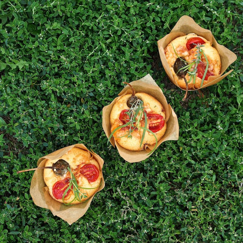 Sýrové muffiny se šunkou, rajčaty a kapary